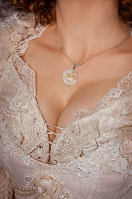 Foto/Edit: C.N. Foto Model/Styling: Model Margot Outfit: Dress Art Mystery Assistenz: morani_ka_photography Schmuck: Bloody Brilliants, weiß goldener Anhänger