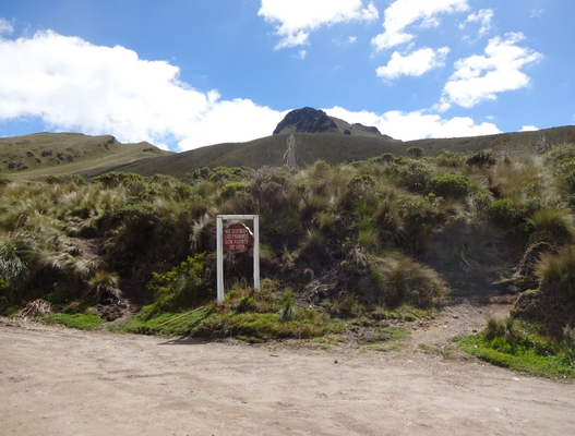 Schild mit Wegabzweigung rechts hoch zum Vulkan Fuya Fuya