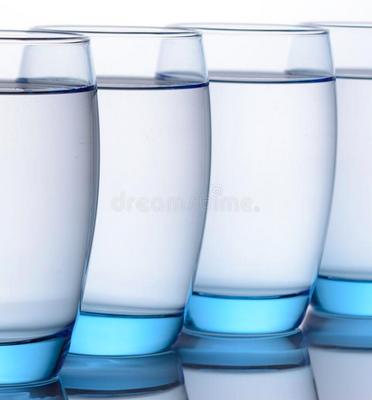 Gevulde blauwe waterglazen.