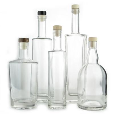 gestyleerde flessen van verschillende formaten om water in te doen.