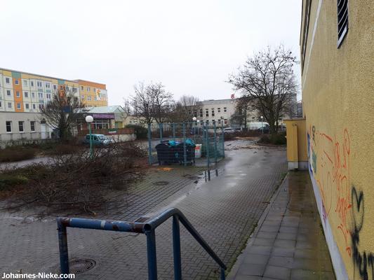 """Innenhof, Blick von der ehemaligen Kaufhalle, geradezu: Albert-Kuntz-Straße, links: glasüberdachter Durchgang zur Albert-Kuntz-Straße 42, links daneben: Pizzeria """"La Villa"""""""