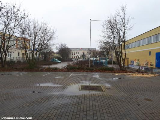 Blick von der als Marktplatz angedachten Fläche an der Adele-Sandrock-Straße in den Innenhof Richtung Albert-Kuntz-Straße