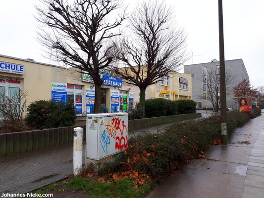 Louis-Lewin-Straße Richtung Albert-Kuntz-Straße, mit Spätkauf und Zeitungsladen