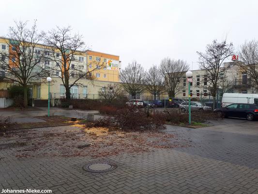 Innenhof, Blick in Richtung Albert-Kuntz-Straße 42, rechts Gebäude mit Apotheke & Zahnärzt_innen