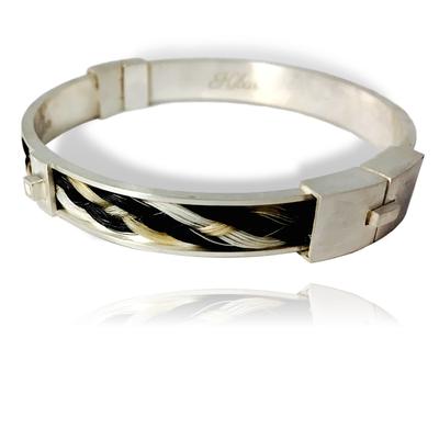 Zilveren armband met vlecht van paardenhaar en stukjes paarden tand, in opdracht.