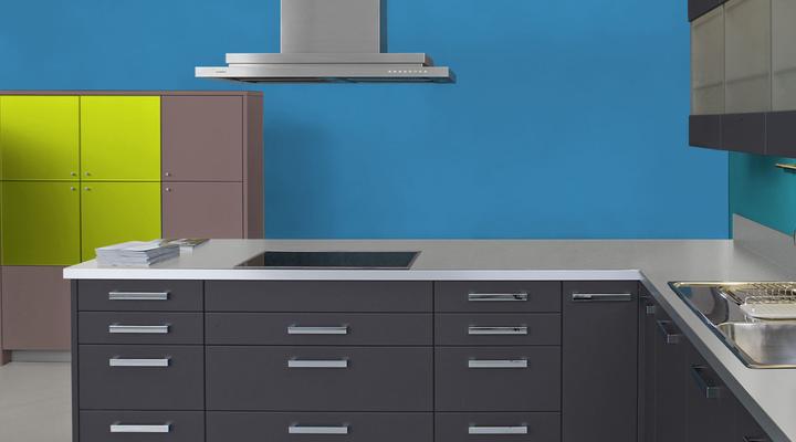 RAL 5012 - Bleu clair et meubles cuisine noirs