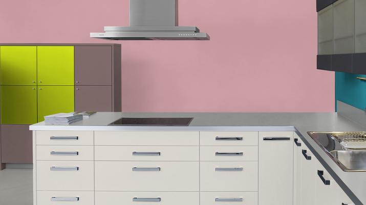 RAL 3015 - Rose clair et meubles de cuisine blancs