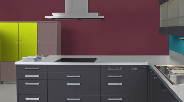 RAL 3005 - Rouge vin et meubles de cuisine noirs