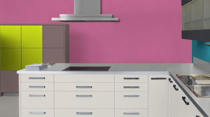 RAL 4003 - Violet bruyère et meubles de cuisine blancs
