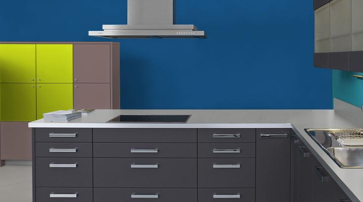 RAL 5010 - Bleu gentiane et meubles cuisine noirs