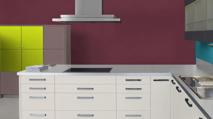 RAL 3005 - Rouge vin et meubles de cuisine blancs