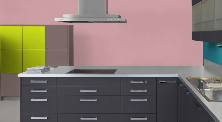 RAL 3015 - Rose clair et meubles de cuisine noirs