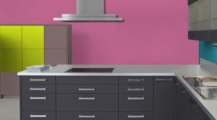 RAL 4003 - Violet bruyère et meubles de cuisine noirs