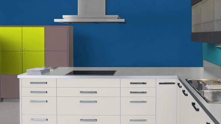 RAL 5010 - Bleu gentiane et meubles cuisine blancs
