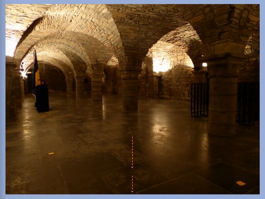 Tournai - gerestaureerde crypte Sint-Maartensabdij. De grenzen van de energielijn zijn met oranje papiertjes aangegeven.