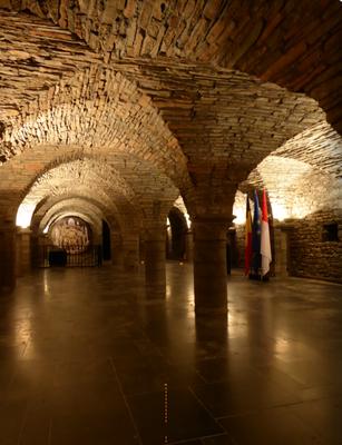 Tournai - gerestaureerde crypte Sint-Maartensabdij. Het stadhuis van Tournai is gevestigd in het voormalig abtenpaleis.