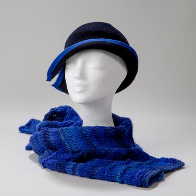 Lübeck, sehr junger Hut ist mit kaiserblauem Ripsband-Einfass