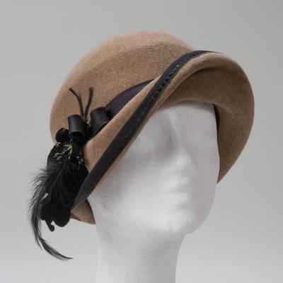 Petrograd, schicker Hut mit schrägem Aufschlag