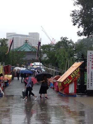 巳成金大祭の時は、雨にもかかわらず、行列が出来てます