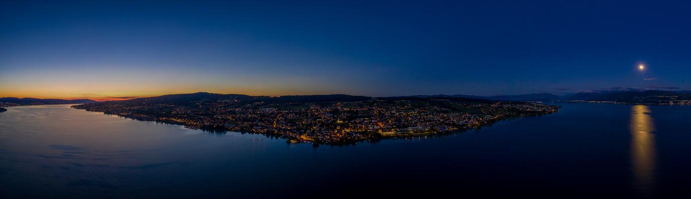 Zürichsee nach Sonnenuntergang und Mondaufgang