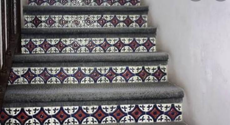 Escalones martelinados con azulejo en peraltes