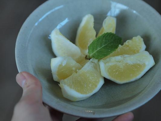 涼しげな灰釉浅鉢に、日向夏