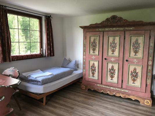 Einzelzimmer Beispiel im Berggasthof Almagmach Immenstadt - Auszeit in Bergstille Meditation & Achtsamkeit auf einer Alpe Wege zum Sein