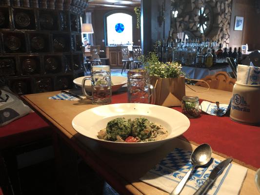 Vegetarisches Abendessen mit Salat im Berggasthof Almagmach Wege zum Sein