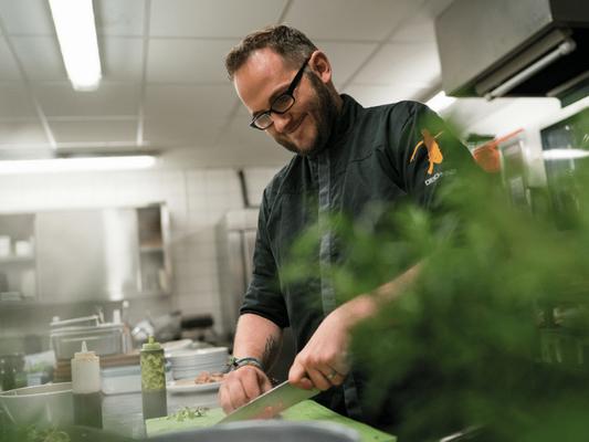 Küchenchef Markus liebt es, frische Lebensmittel zu verarbeiten StrandGut St. Peter Ordingen Wege zum Sein