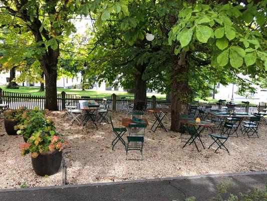 Rast im schönen Garten der Kellnerei Stift Michaelbeuern