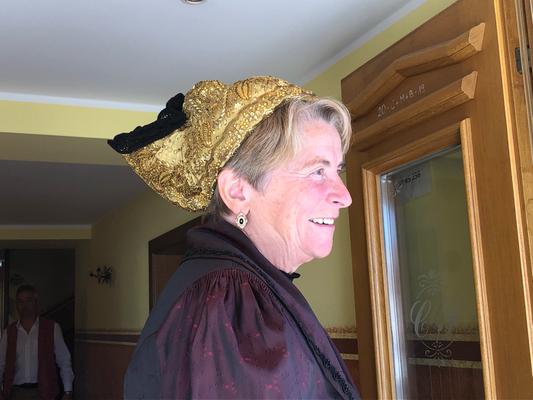 Frau mit selbst gefertigter Goldhaube