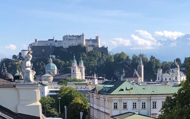 Aussicht von der Sky Bar Imlauer zur Festung Hohensalzburg, die im schönsten Abendlicht erstrahlt
