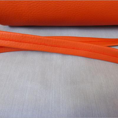 Duffle Bag Orange with Leopard Detailansicht Umhängegurt mit Deko-Naht