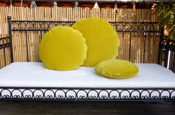 Runde Kissen aus Samt von JAB Anstoetz im 3er Set Durchmesser 60, 50, 40 in senfgelb