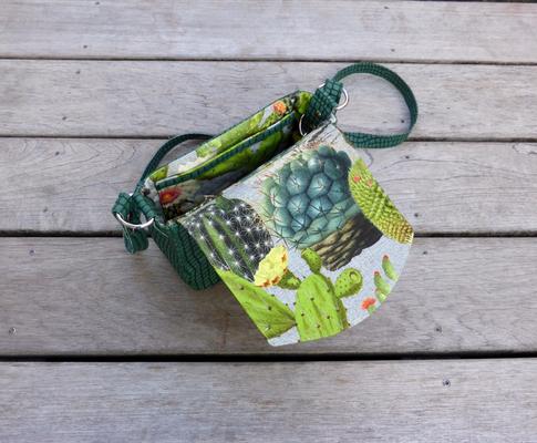 Kleine Schultertasche Python moosgrün und Kakteenprint geöffnet