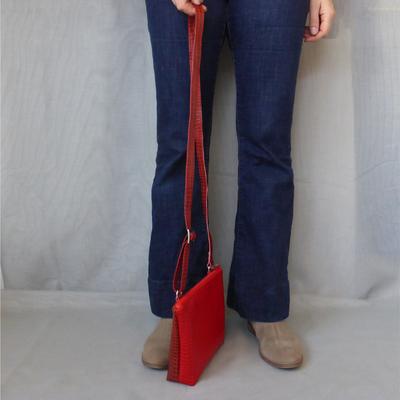 Umhängetasche bicolor Python Brick-FlameRed getragen