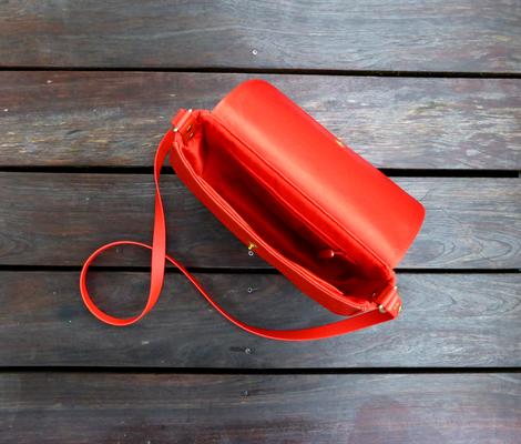 Satteltasche FlameRed mit Kedernaht und Messing-Loxx-Verschluß geöffnet