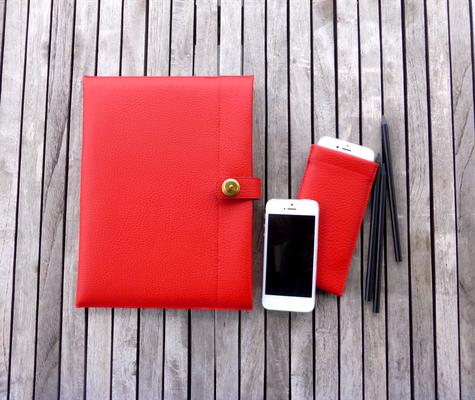 Tablet-Hülle FlameRed zusammen mit unten aufgeführter iPhone-Hülle - dient, genau wie das iPhone etc der Deko und ist nicht im Preis der Tablet-Hülle inkludiert.