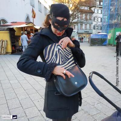 Kundenfoto: Alexa S. auf dem Weg zum Rosenmontagsball. Mit dabei: natürlich ihre wagnerstrasse-Tasche! Was für ein schönes Team :)!