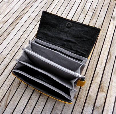 Gelbes Portemonnaie Nr 530 mit Fächertaschen und Totenkopfverschluß geöffnet