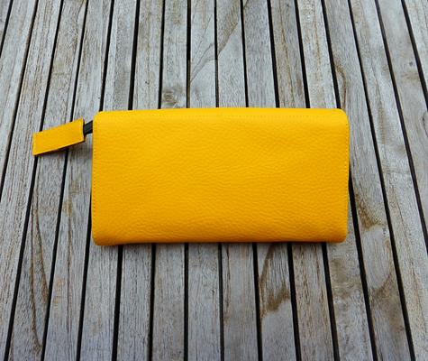 Gelbes Portemonnaie Nr 530 mit Fächertaschen und Totenkopfverschluß Rückseite