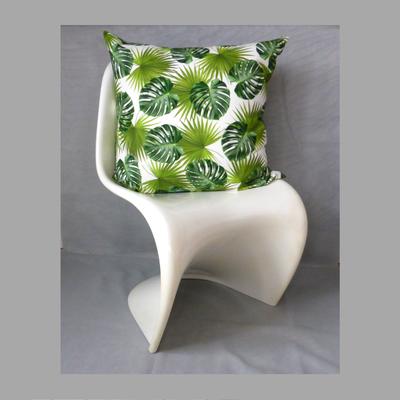 Palmwedel Monstera 60x60 Kissen. Der Stuhl dient der Deko und ist nicht inkludiert im Preis