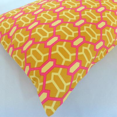 Kissen Hexagon senfgelb pink 40x60 cm Detailansicht