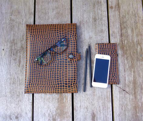 Tablet-Hülle zusammen mit der unten aufgeführten iPhonehülle - dient, wie Brille, iPhone etc der Deko und ist nicht im Preis der Tablet-Hülle inkludiert.