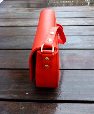 Satteltasche FlameRed mit Kedernaht und Messing-Loxx-Verschluß Seitenansicht