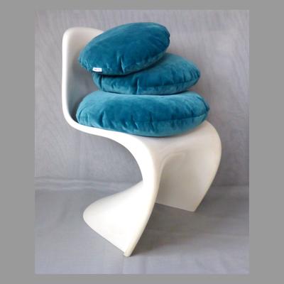 Kissen petrolblau am Stuhl (Stuhl nur zur Deko)