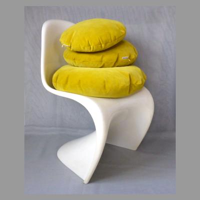 Runde Kissen aus Samt von JAB Anstoetz im 3er Set Durchmesser 60, 50, 40 in senfgelb (Stuhl nur zur Deko)