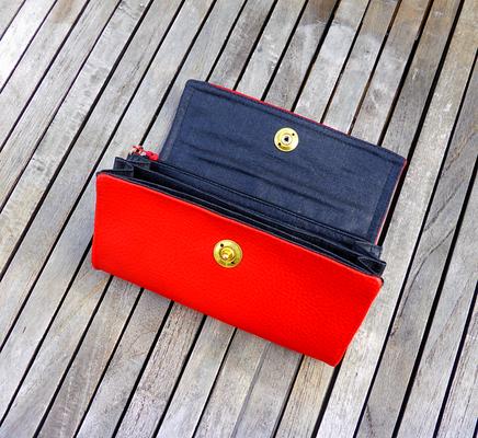 Portemonnaie für Taschenkollektion FlameRed mit Fächertaschen und Messing-Loxx-Verschluß geöffnet