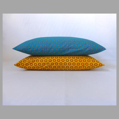 Afrikanische Kreisel in gelb und petrolblau 40x60 cm - nur zur Deko, Preis für das petrolblaue Kissen extra.