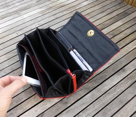 Portemonnaie für Taschenkollektion FlameRed mit Fächertaschen und Messing-Loxx-Verschluß geöffnet und befüllt (nur zur Deko, nicht inkl im Preis)